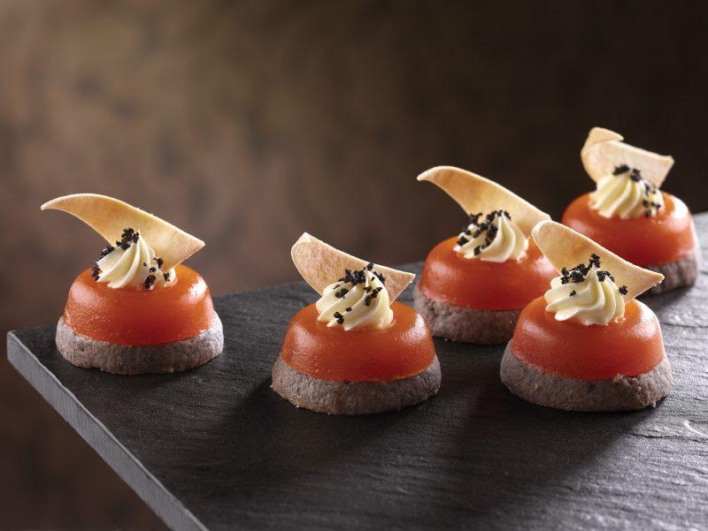Frollino alle Olive con gelatina al Pomodoro e Ribes, Bufala e finto Caviale