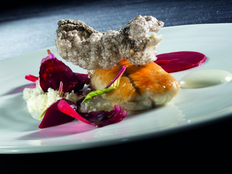 Anguilla arrostita, barbabietola, yogurt e polvere d'olio extravergine d'oliva