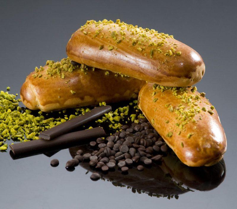Brioche al cioccolato e uvetta con granella al pistacchio