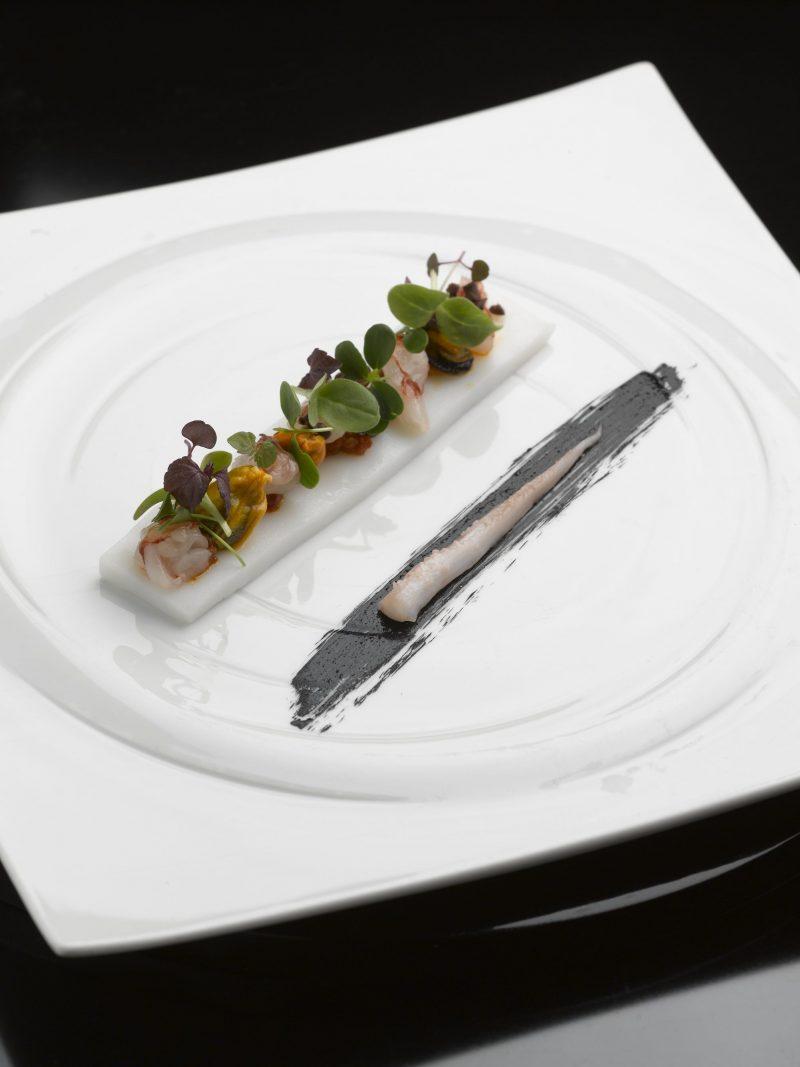 Calamaro cotto a bassa temperatura, cozze, gamberi rossi, salsa allo zenzero e menta