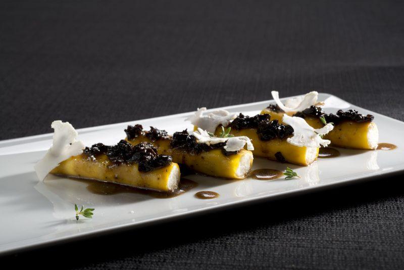 Cannelloni con cavolfiori schiacciati e ricotta salata, sugo di tartufo nero e spugnole