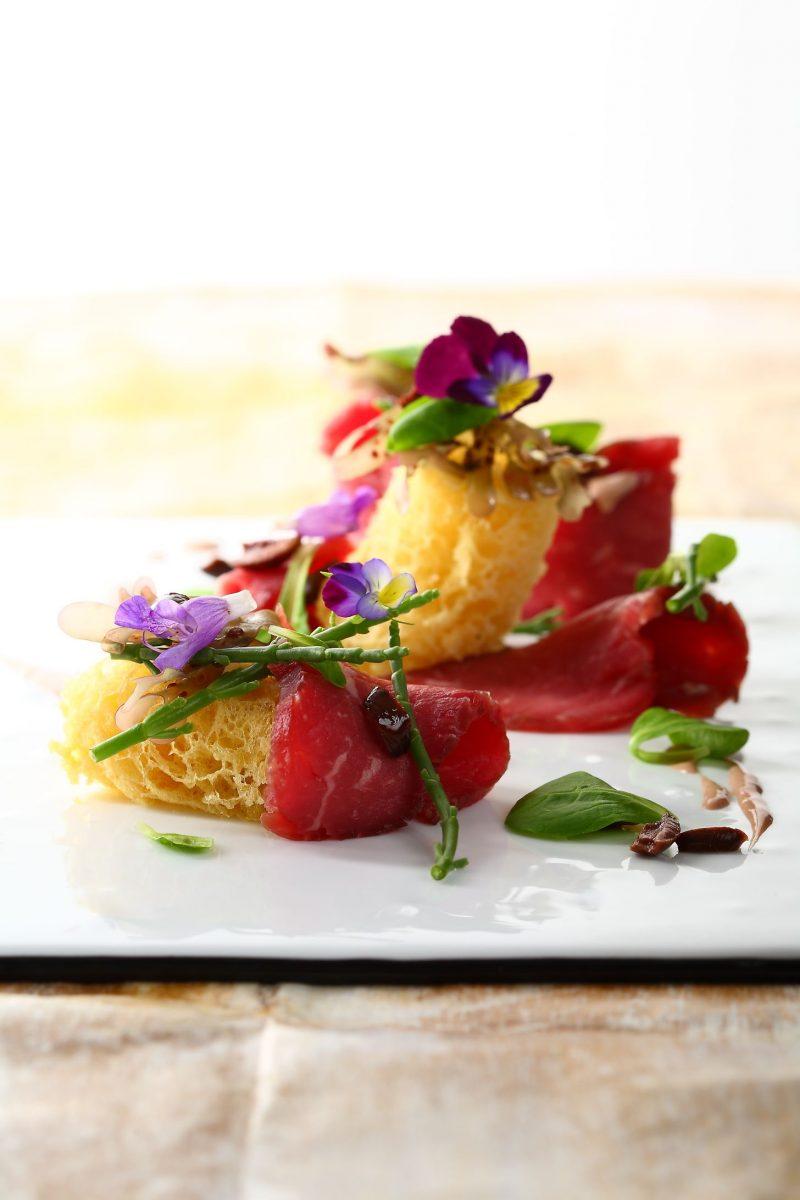 Carne cruda di razza piemontese marinata, soffice alle olive taggiasche e salsa al foie gras