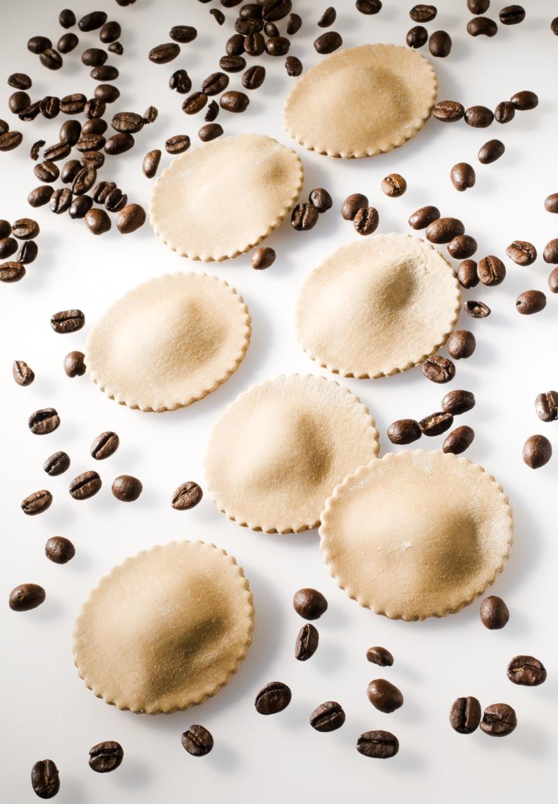 Cialson al caffè ripieni di montasio, cannella e mela