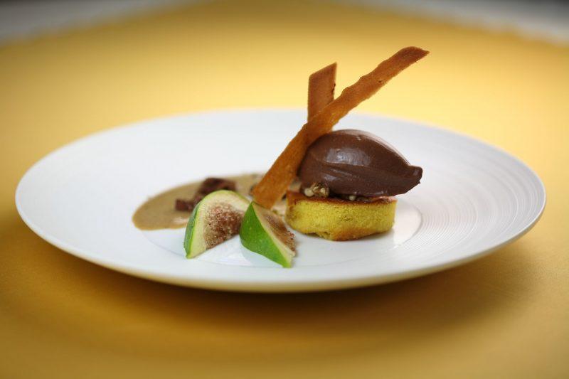 Clafoutis di fichi con sorbetto di cioccolato al 72% e salsa alle nocciole