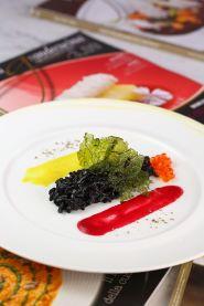 Code di scampi con composta di avocado, mozzarella, pomodori ed erba cipollina