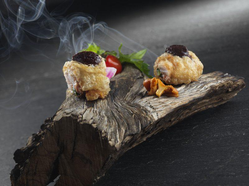 Coniglio al fumo di ulivo con ripieno di cicoria selvatica e salsa di olive Nolche
