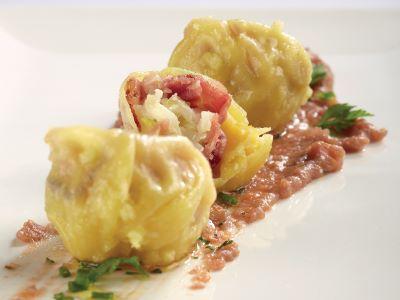 Crema di verdure al vino rosso con knodel ai cavolfiori e capocollo affumicato in pasta al wasabi