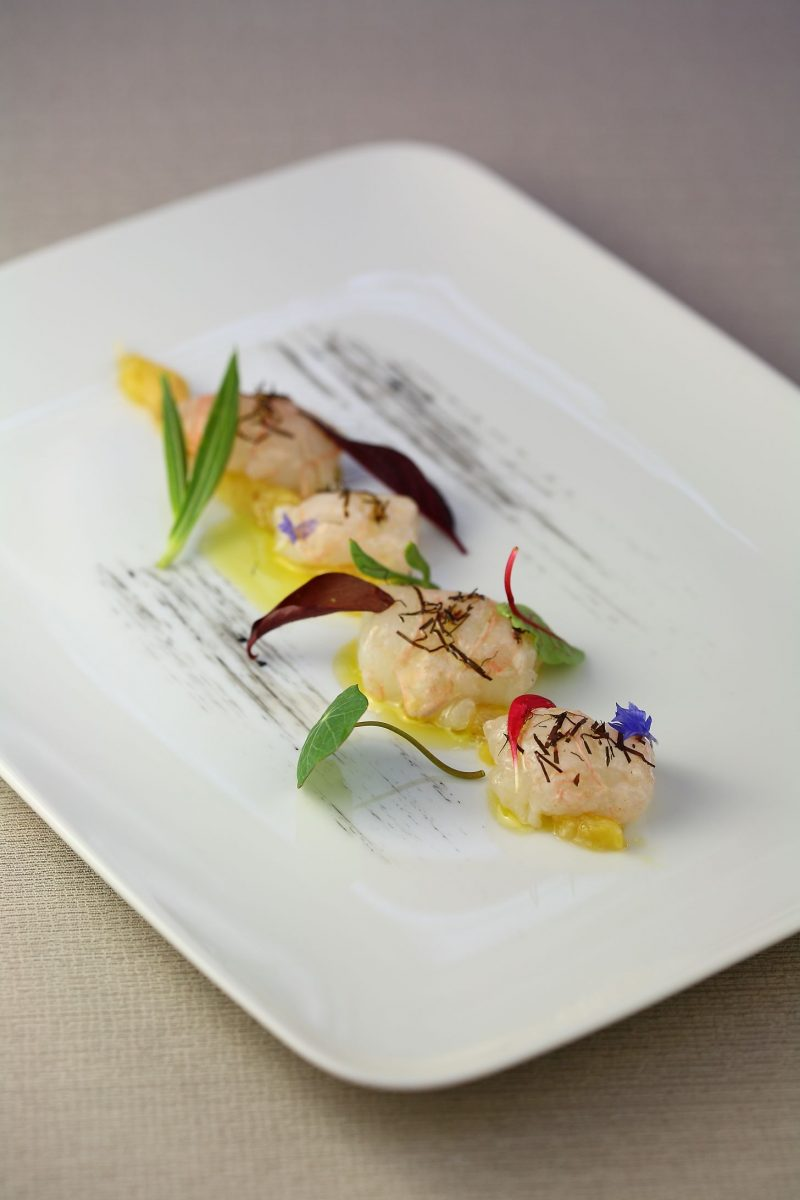 Crudo di scampi con chutney di pesce e foglie di pepe d'acqua