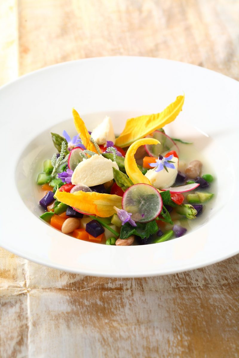Fatta al momento: minestra dell'orto, robiola di Roccaverano e infuso di erbe e fiori di campo