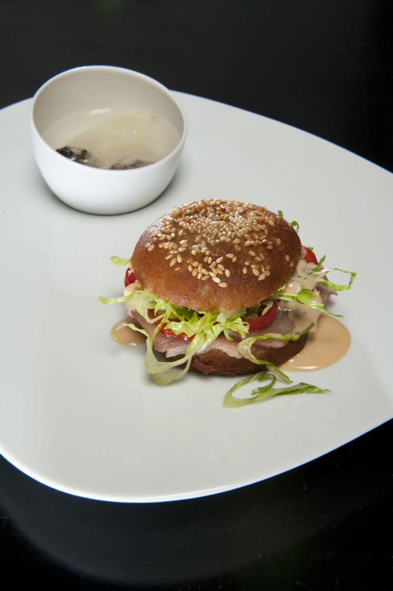 Fishburger & Ostrica-tonic, ventresca di tonno al sesamo bianco con tonno affumicato & Ostrica tonic