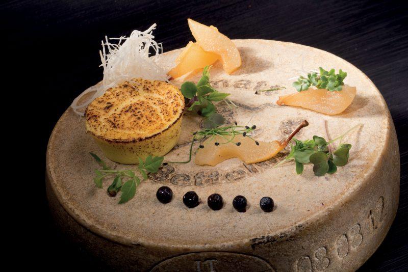 Flan di Bettelmatt, leggera mostarda di pere e salsa ai mirtilli di montagna speziati