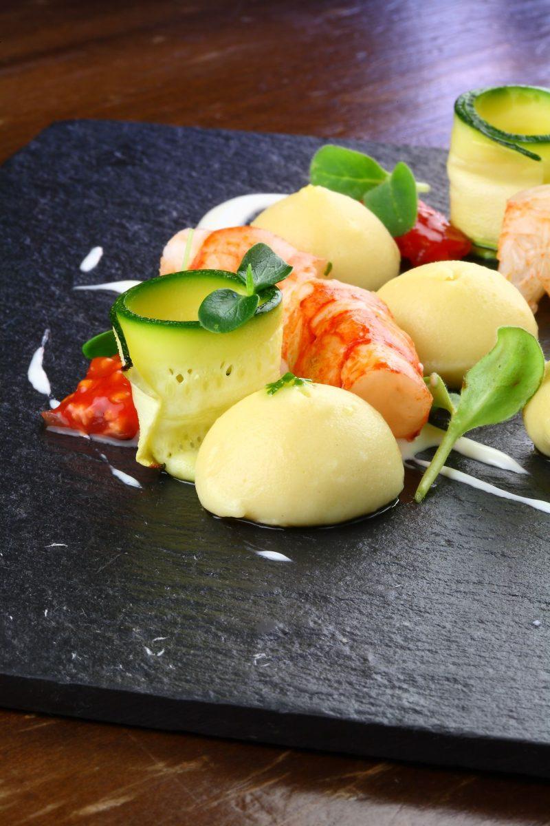 Gnocchi di patate alla brace, zucchine alla griglia e gamberoni rossi