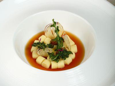 Gnocco al kren, midollo e consommè di cipolla