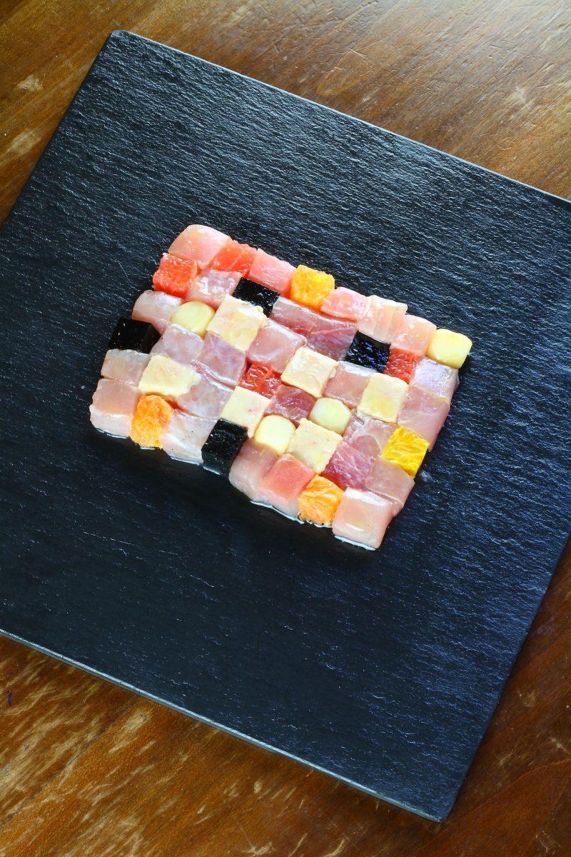 Il mosaico di ricciola cruda, foie gras e quadretti di pompelmo e arance