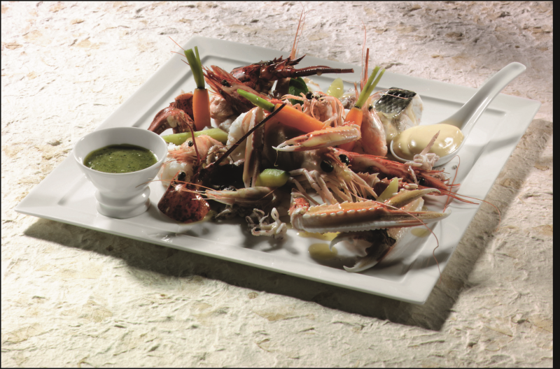 Insalata calda di pesce al vapore con verdure