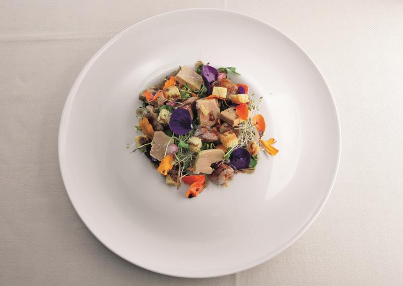 Insalata di germogli e fiori, bocconcini di quaglia caramellati con foie gras e aceto balsamico tradizionale di Modena