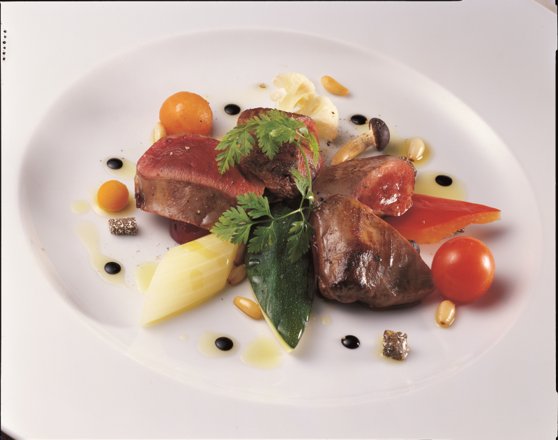 Insalata tiepida di piccione con verdure e mostarda, fritto di pinoli all'aceto balsamico