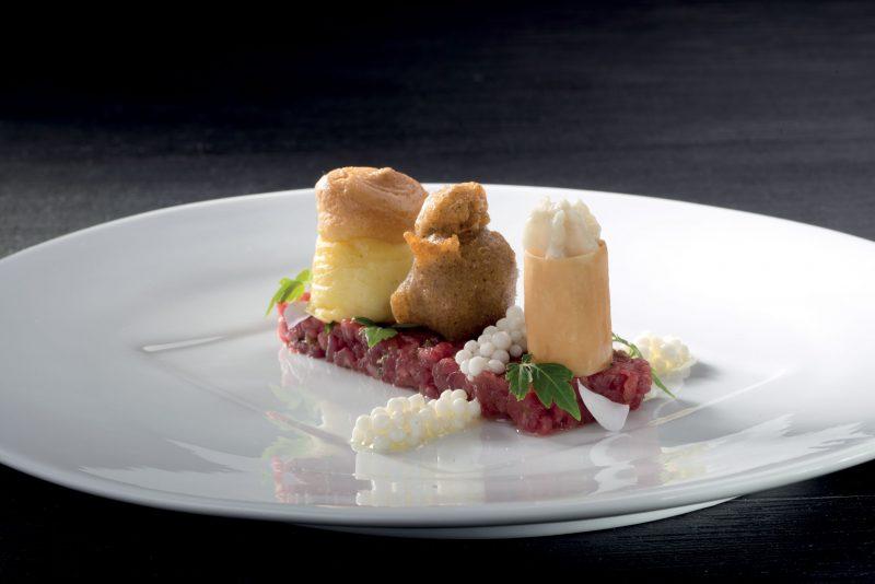 Interpretazioni dei formaggi della valtellina con tartara di manzo, fiori e colori