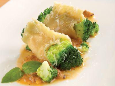 Involtino di raviolo ai broccoli, pomodoro e merluzzo leggermente salato con vongole bollite