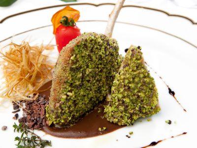 Lombatina di maiale nero panato in pistacchio di bronte e salsa al cioccolato di Modica