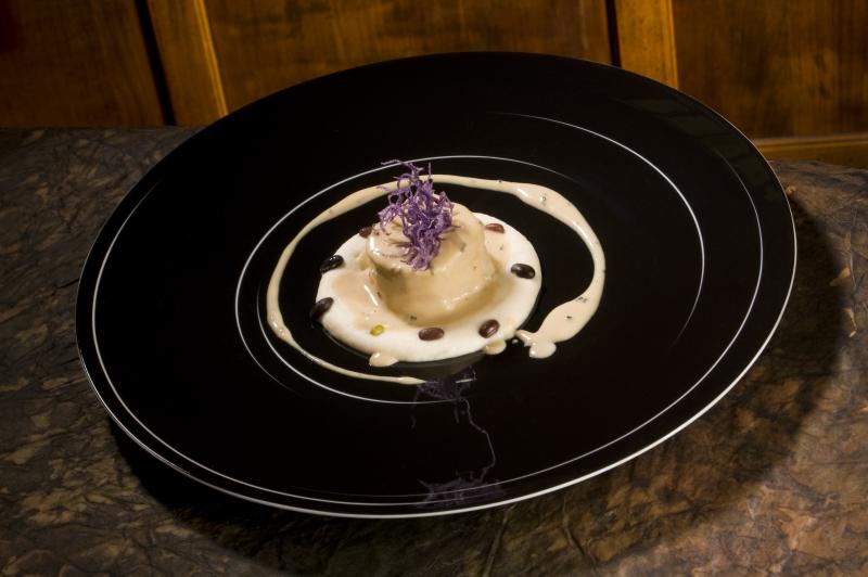 Maialino da latte con spuma di fagioli cannellini, salsa al tartufo nero e patata viola fritta