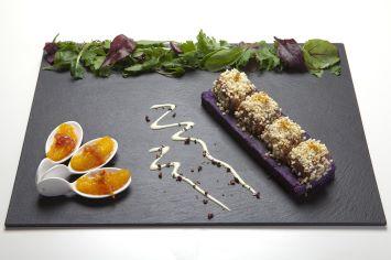 Maialino su patate viola con granella di mandorle, ragù di porcini, profumo di agrume, grue di cacao e composta tiepida di cipolla di tropea e arancia