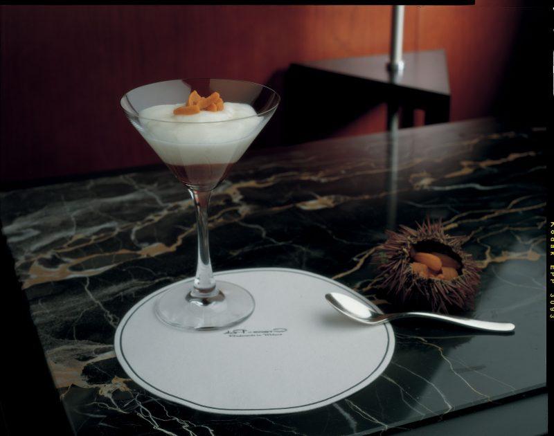 Martini dry con ricci di mare e crema di mandorle abbrustolite