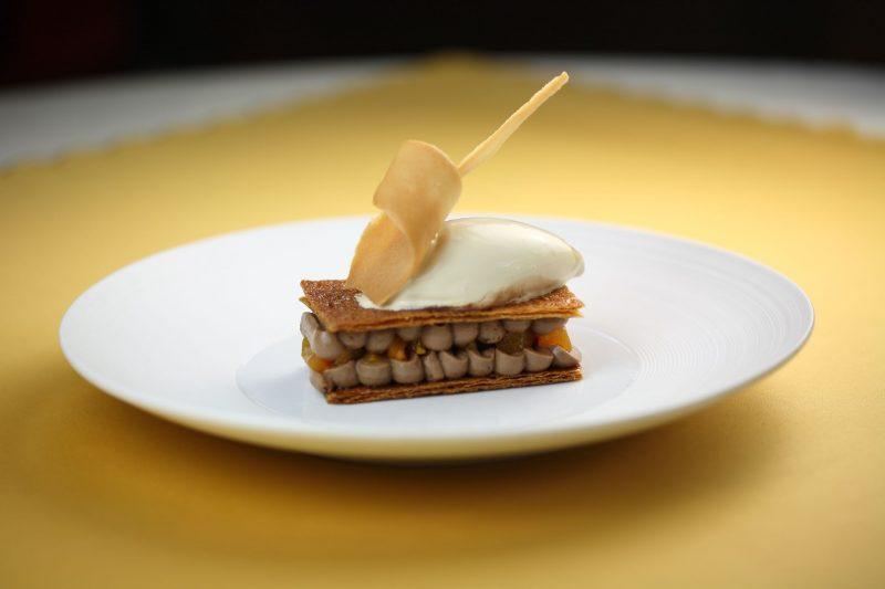 Millefoglie alle albicocche, crema di cioccolato al latte e gelato alle fave tonka