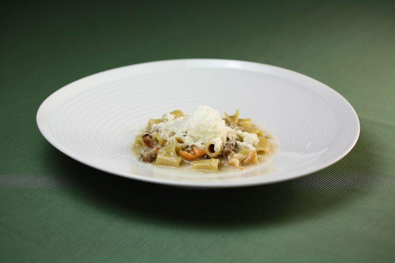 Neve d'autunno, mozzarella di bufala grattugiata con zuppetta di frutti di mare e pasta a tubetti