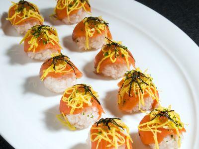 Pallina di sushi con salmone e ikura