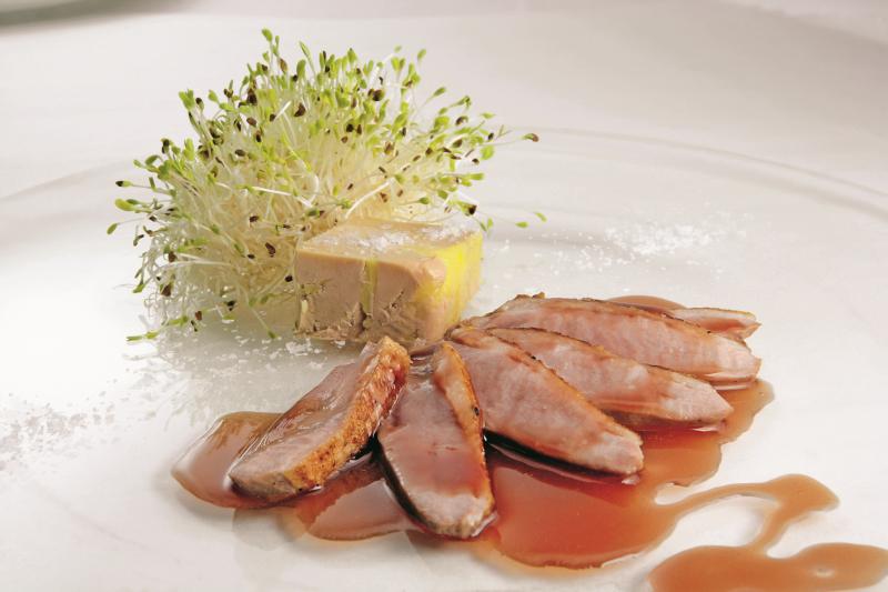 Petto d'anatra cotto al rosa con ristretto di mosto d'uva, piccola terrina di foie gras, germogli di erba medica