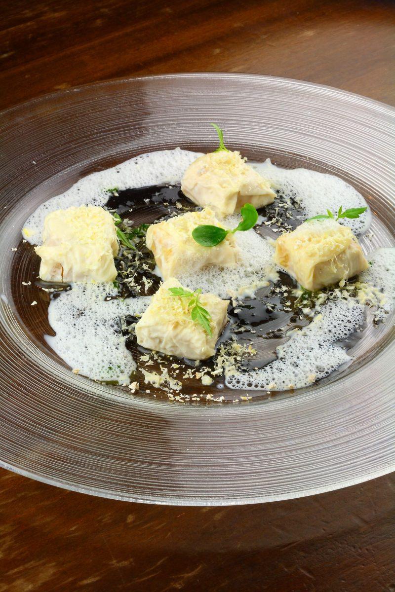 Ravioli di pelle di latte ripieni di zucca, sesamo e parmigiano