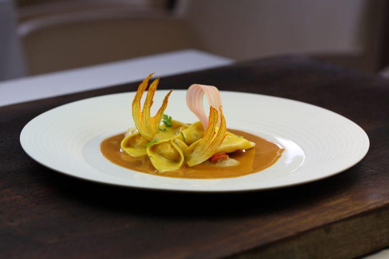 Ravioli farciti con granseola e salsa aromatizzata al rabarbaro