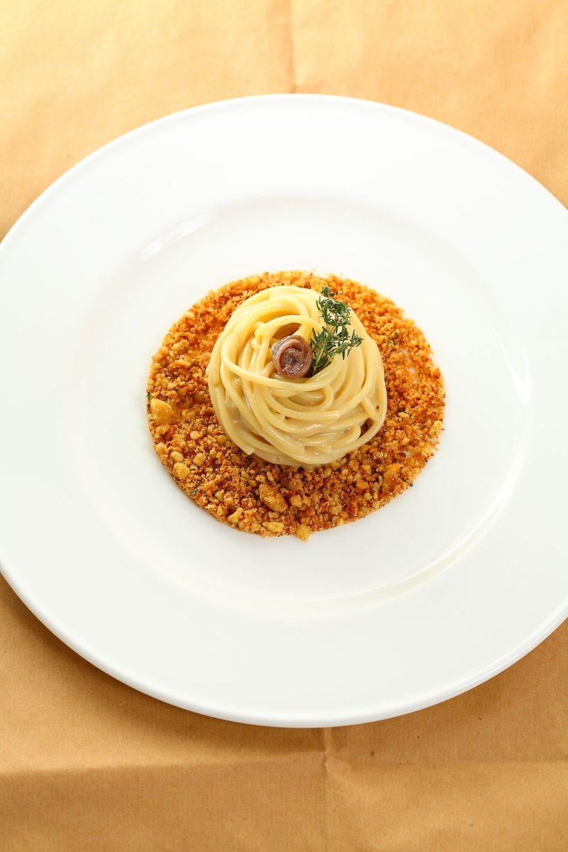 Spaghetti, pane, burro e acciughe