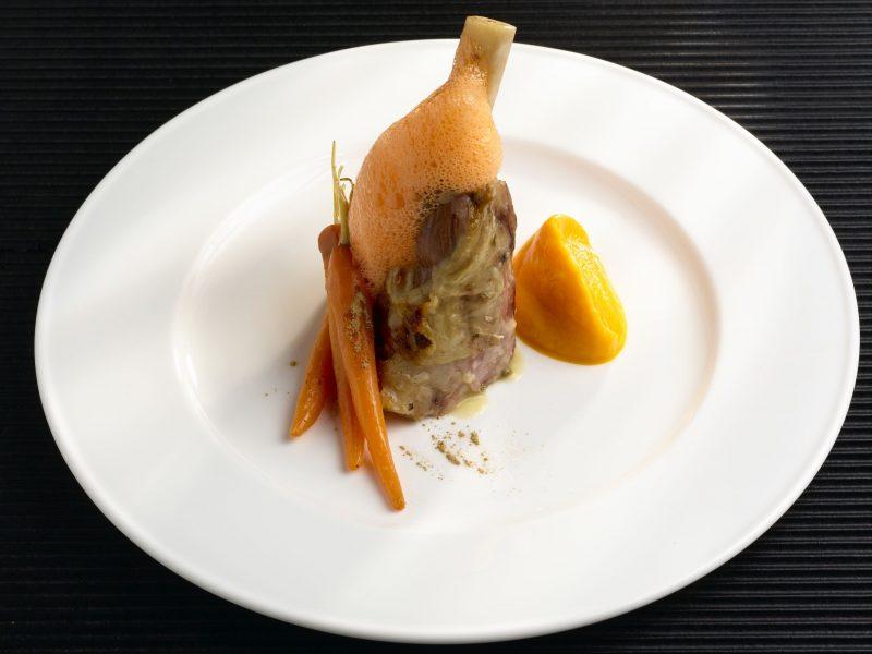 Stinco d'agnello con carote e liquirizia