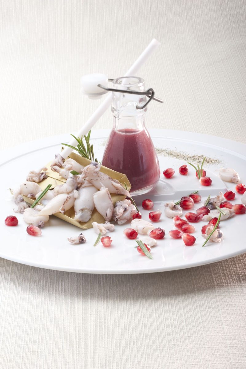Succo di melograno, calamaretti spillo e sale al rosmarino