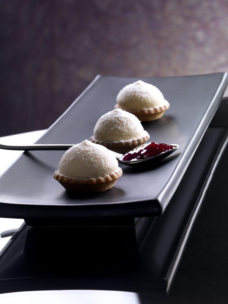 Tartelletta con confettura di lamponi e crema chantilly