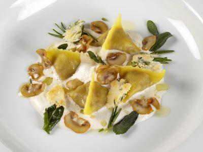 Tortellone al ragù, con crema soffice di funghi, erbe e croste di Parmigiano