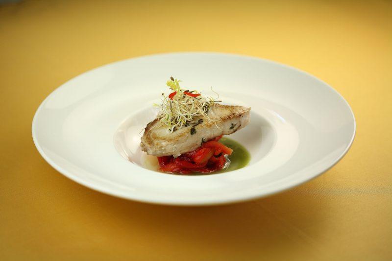 Trancio di ricciola, peperoni marinati al mielecon infuso di zenzero e basilico