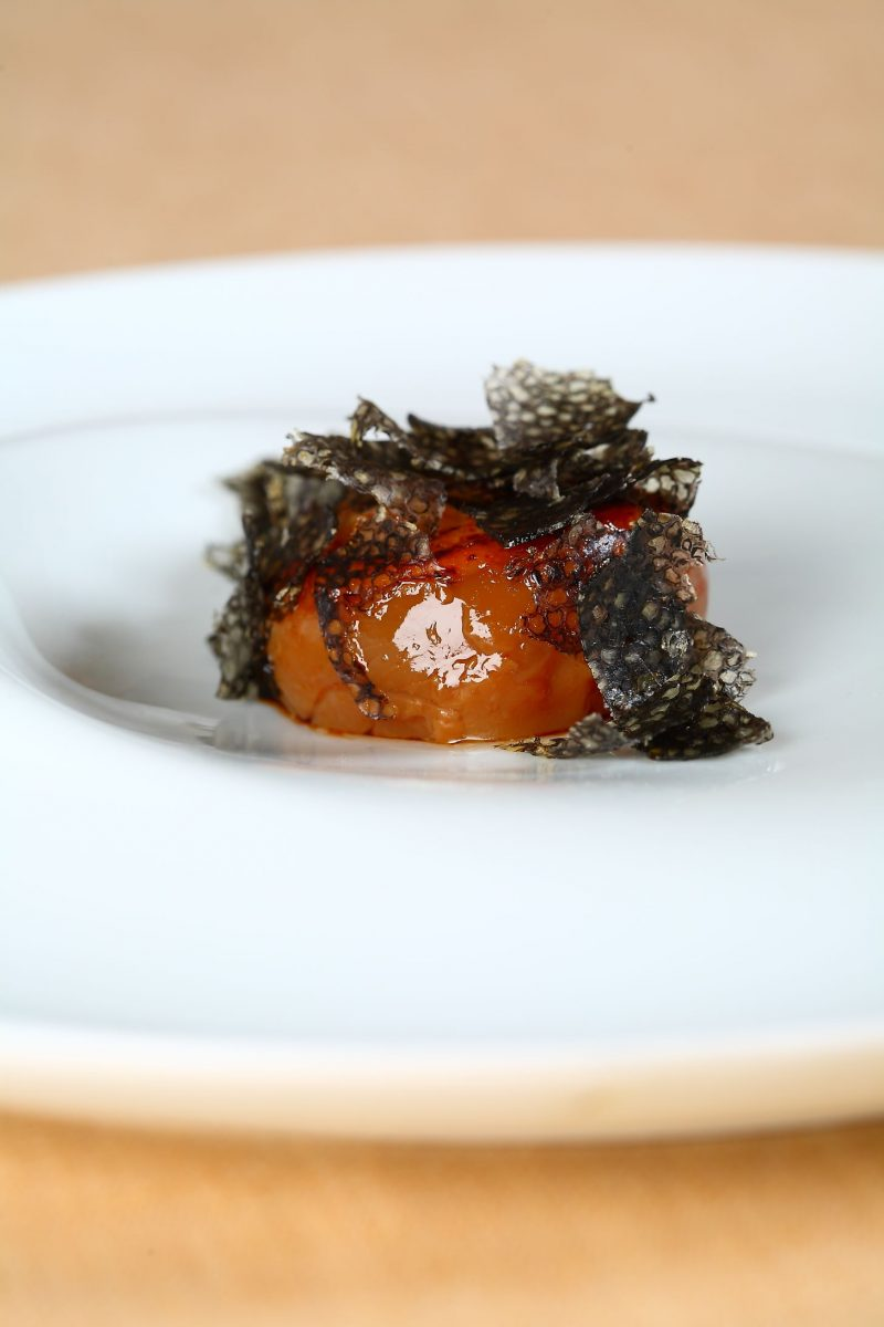 Un uovo che vorrebbe diventare mollusco, per accogliere il caviale che crede di essere tartufo