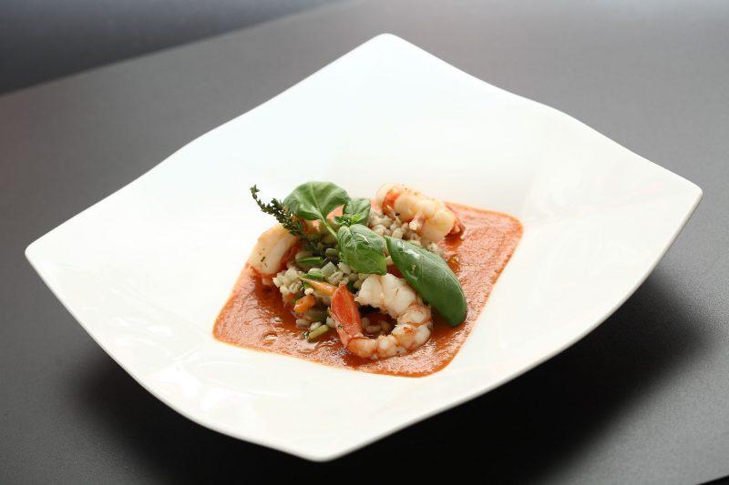 Zuppetta di pomodoro, cuore di bue con orzotto alle verdure e gamberi