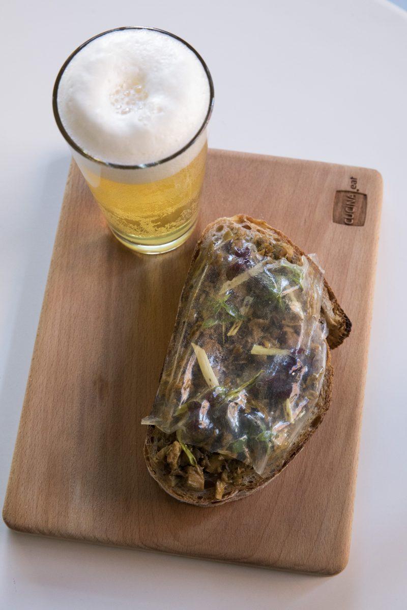 Pane con ragù di pollo ruspante, pomodoro verde e aglio selvatico