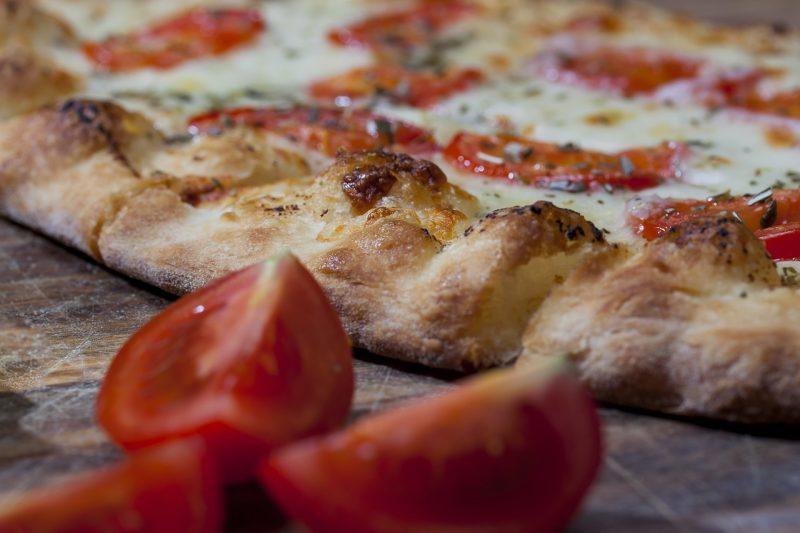Pizza napoletana, pizza bianca, pinsa romana, pizza in pala: tutte le differenze