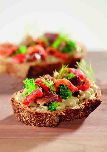 Bruschetta di pane pugliese con crema di melanzane, acciughe del Mar Cantabrico, pomodori e broccoletti
