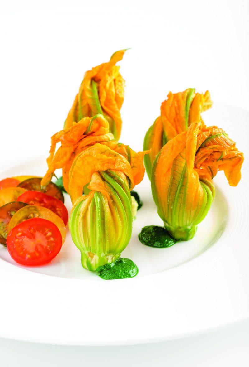 Fiori di zucca ripieni di Quinoa e verdure su crema di spinacino