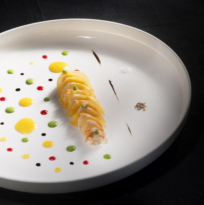 Aragosta del Mediterraneo, mango in osmosi, acquerello di dressing ai frutti esotici