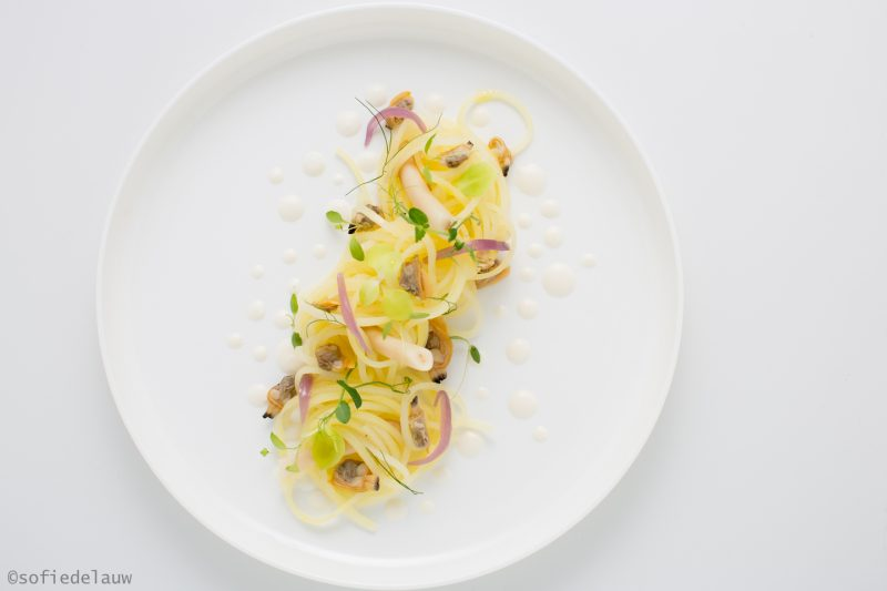 Spaghetto di patate, vongole, cannolicchi, crema di cipolla e germogli