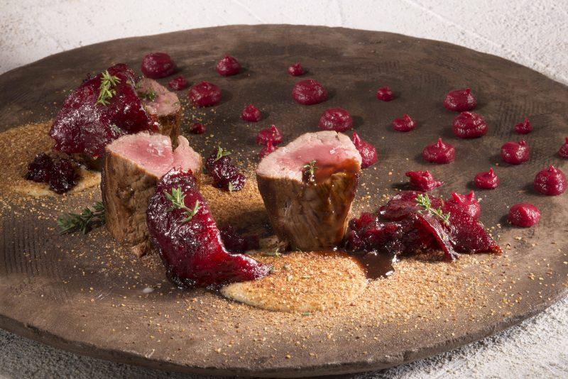 Filetto di capriolo in dolce cottura, purea di patata e barbabietola rossa
